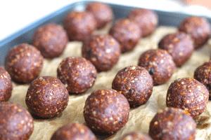 Сурови какаови бонбони с плодове и ядки